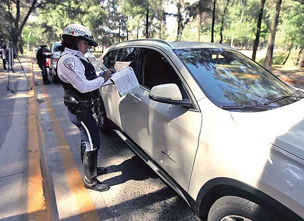 960c2f64f7 En primer día multan a más de 400 autos con polarizado