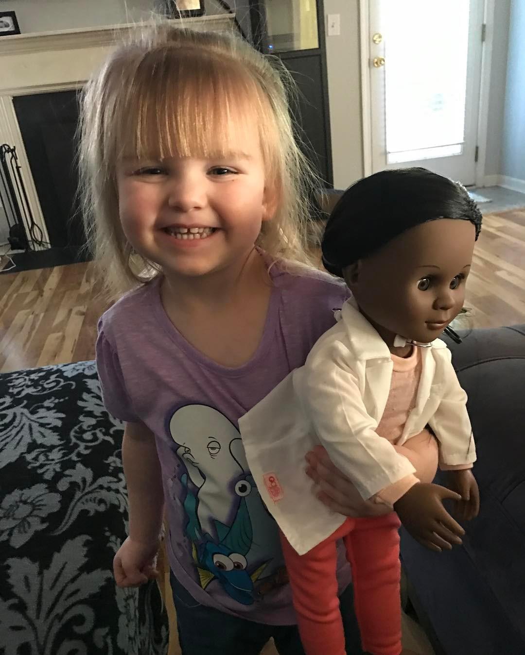 1336cd26c6 Esta niña rubia demuestra que el racismo es aprendido