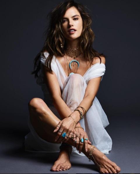 Alessandra Ambrosio Celebra El 4 De Julio Con Desnudo