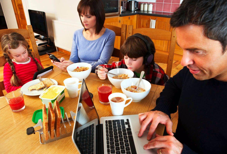Resultado de imagen para niño desayuna mirando tele