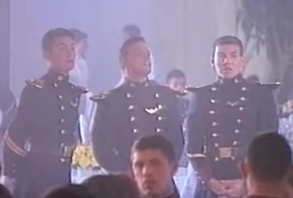 Una de las escenas muestra a Luis Miguel acompañado de dos cadetes en una fiesta.