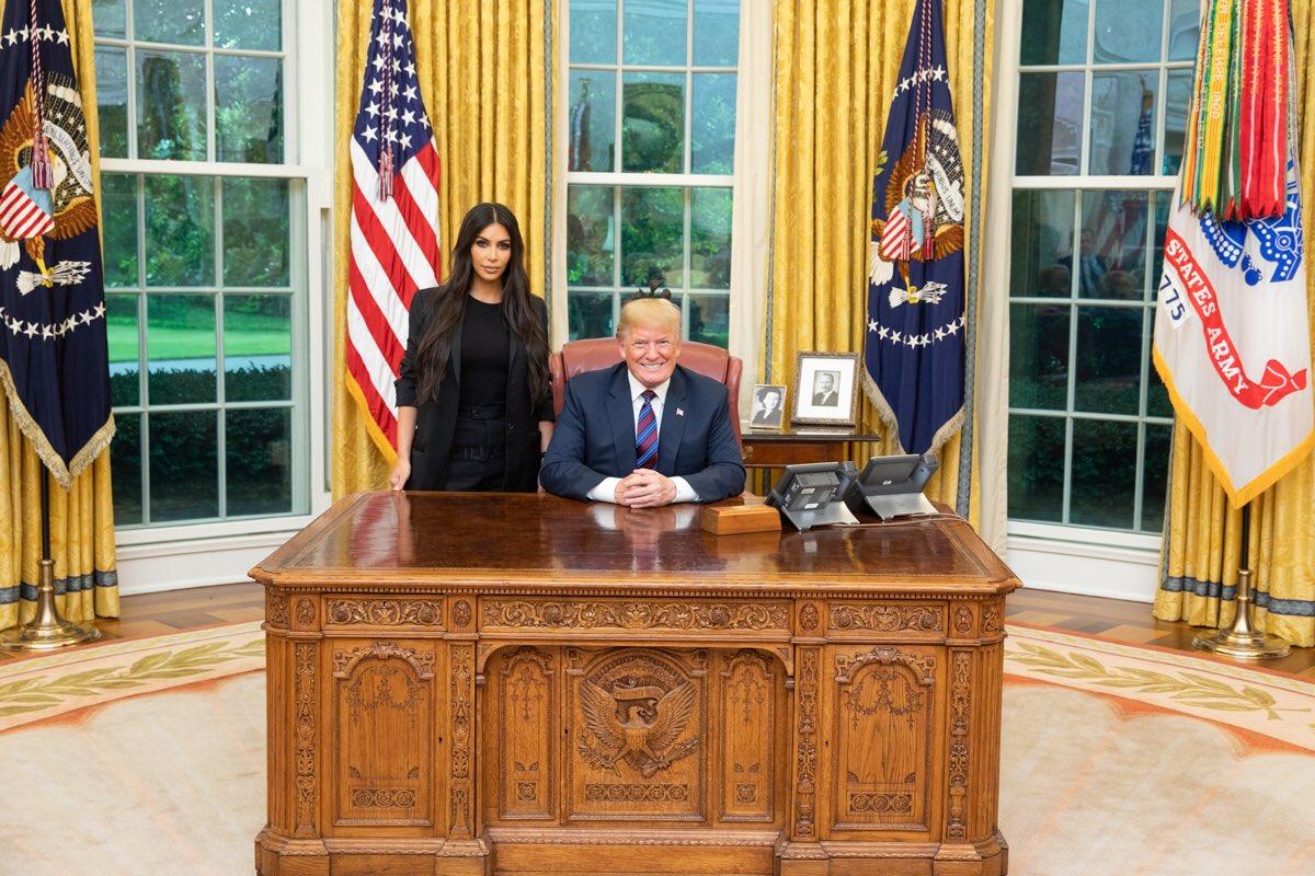 Emotivo momento de la presa, indultada por Trump, gracias a Kim Kardashian