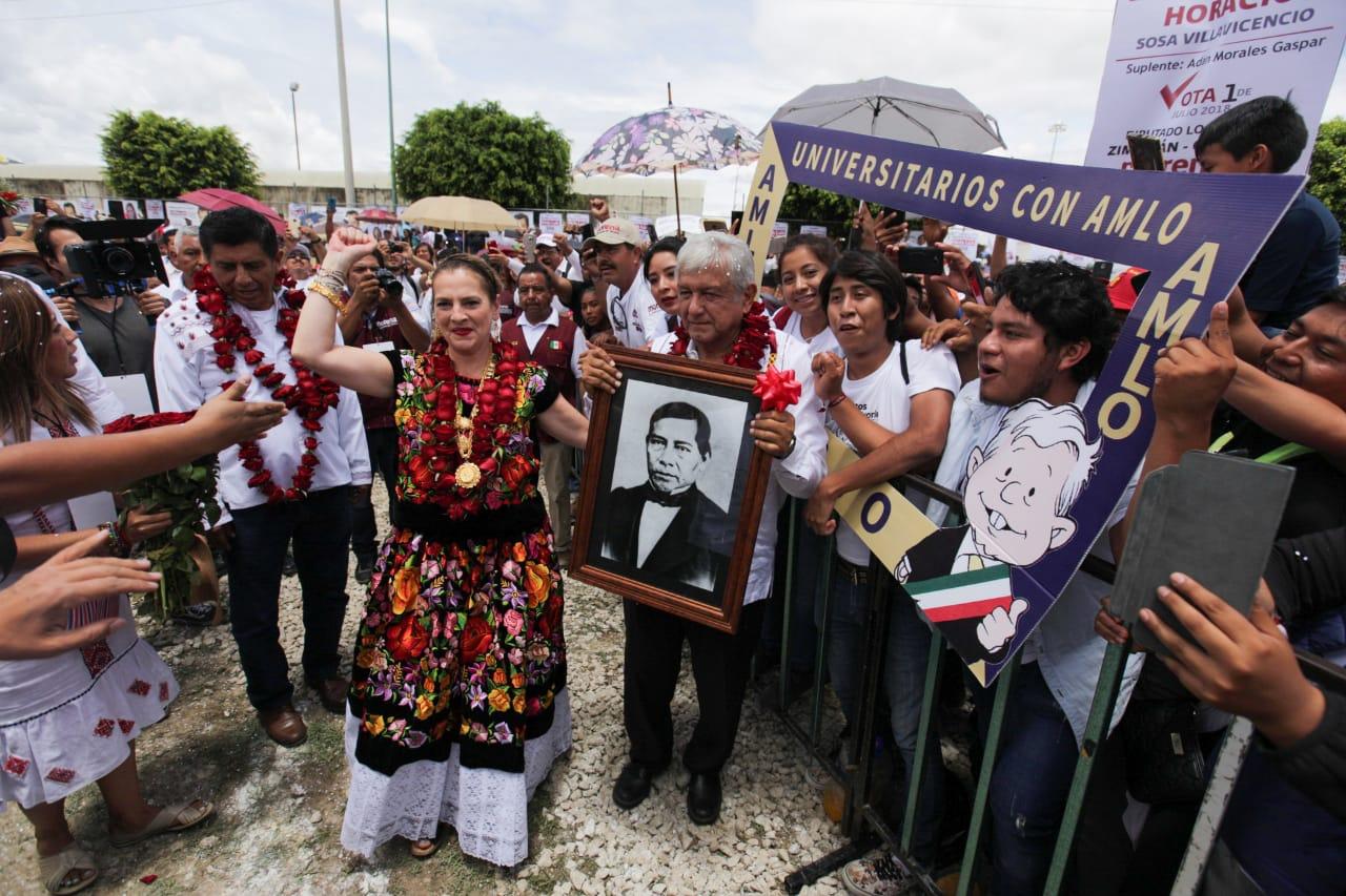 Andrés Manuel López Obrador dijo que está del lado de los maestros. (Omar Franco)