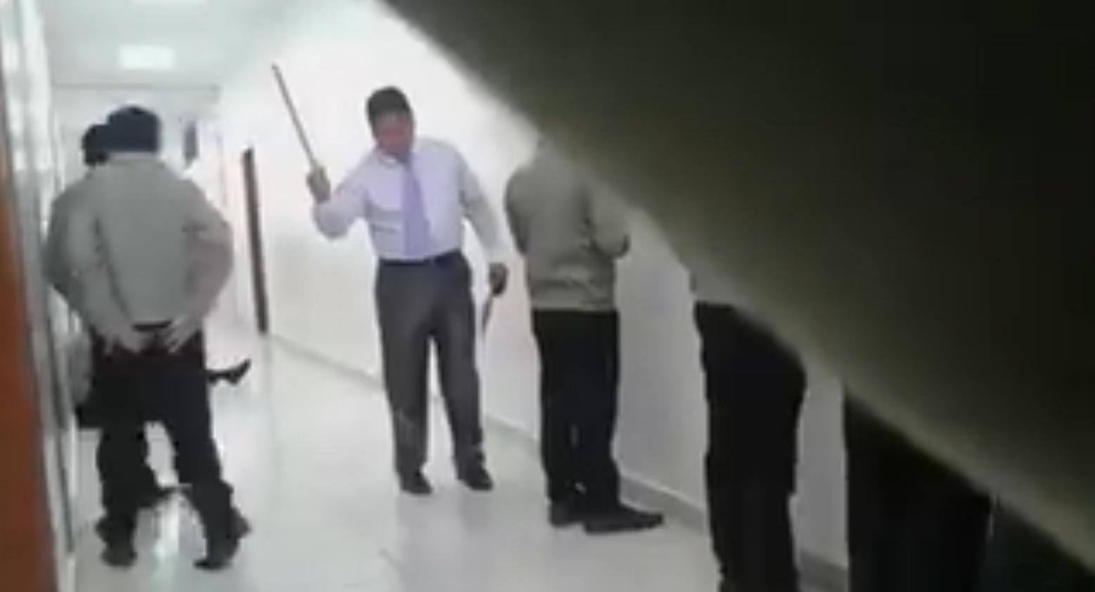 Profesor es grabado golpeando a siete alumnos en un colegio de Quito