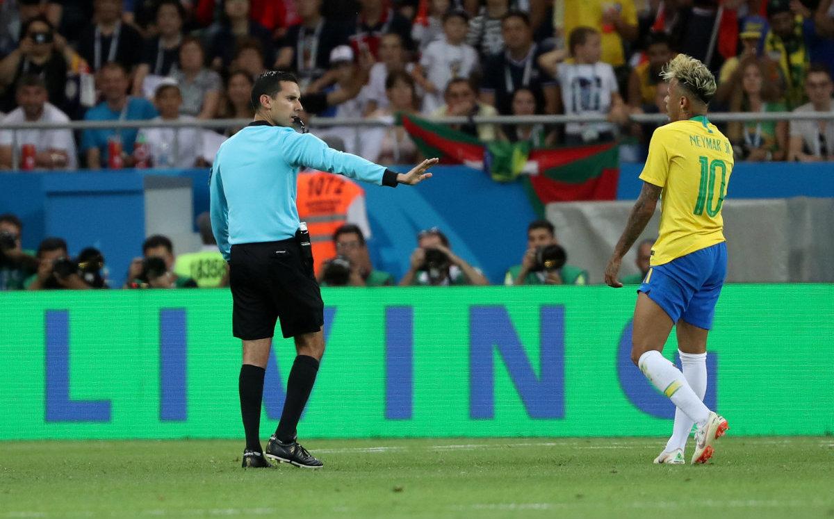 César Ramos y Neymar durante el partido de Brasil vs Suiza