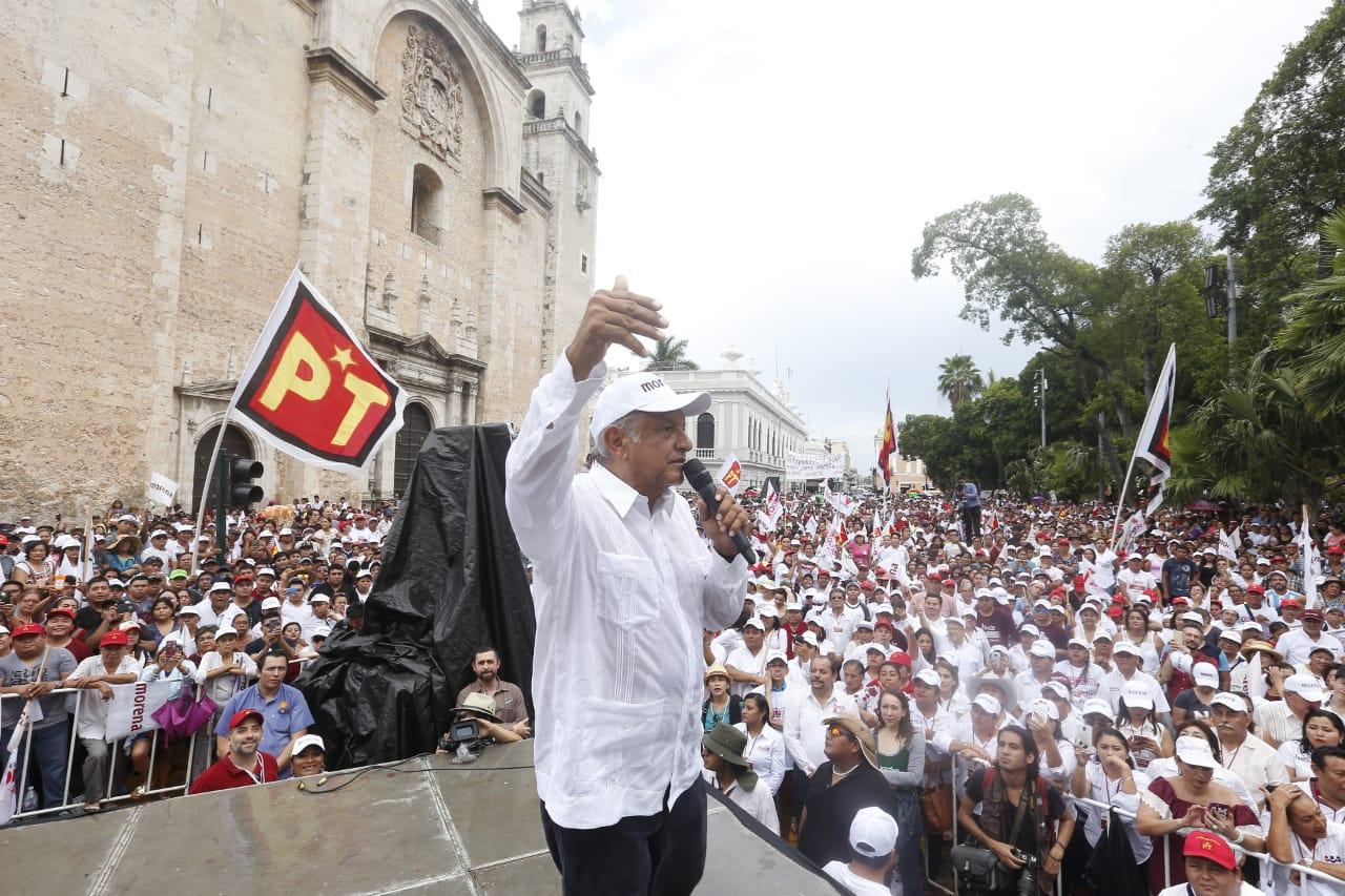 AMLO exhibe su poderío ante miles de mexicanos en Estadio Azteca