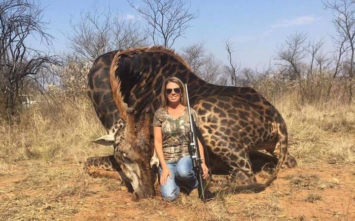 Mujer causa indignación en redes por cazar a jirafa