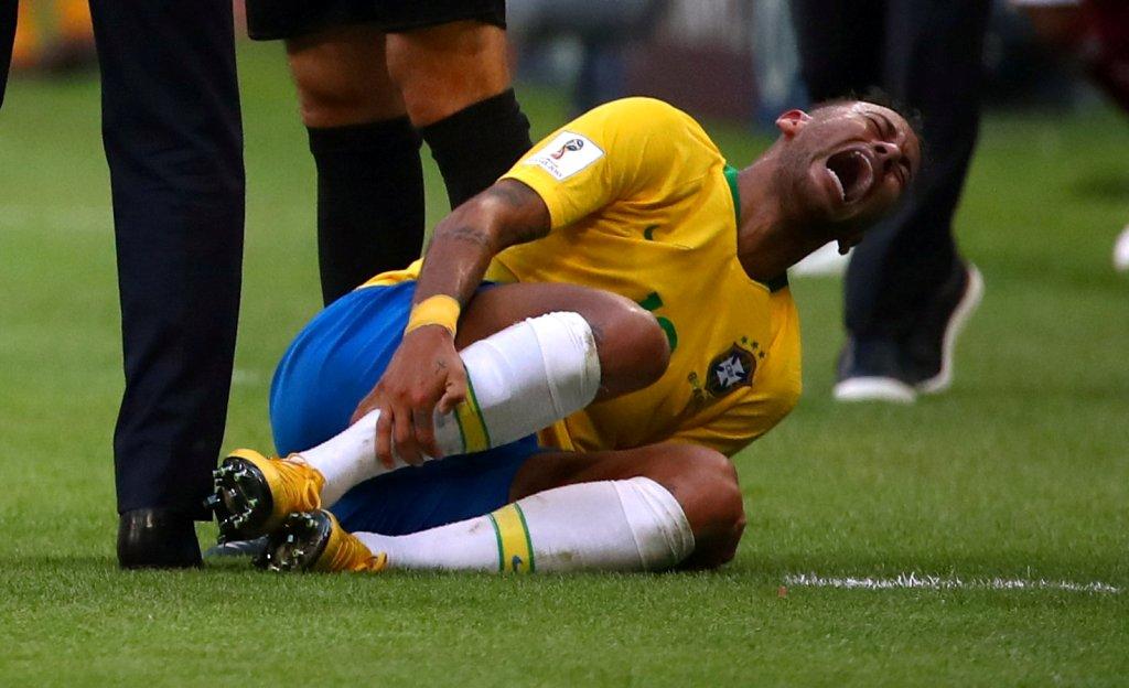 El récord de Neymar: lleva 14 minutos tirado en el piso