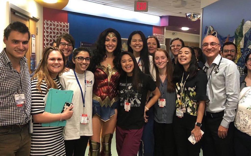 Gal Gadot visita hospital infantil vestida de Wonder Woman