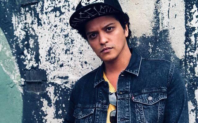 Bruno Mars tuvo que detener su concierto en Escocia debido a que el escenario comenzó a incendiarse