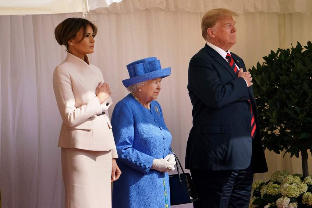 Trump deja esperando a la reina Isabel II y rompe el protocolo