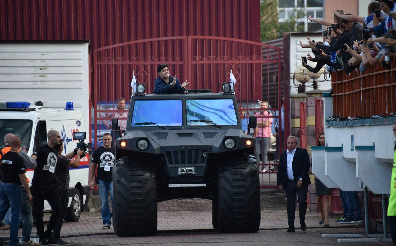 Maradona debuta en Bielorrusia con derrota y... ¡una monster truck!