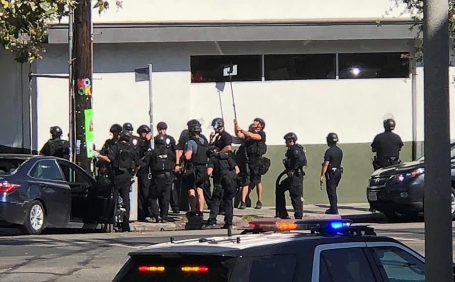 Hombre se atrinchera en tienda en Los Ángeles tras tiroteo