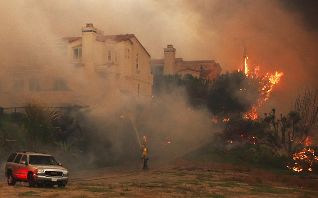 Incendio en California deja al menos 9 muertos