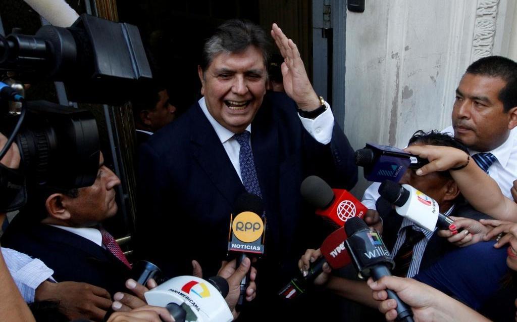 Expresidente de Perú, Alan García, ingresa al hospital tras dispararse