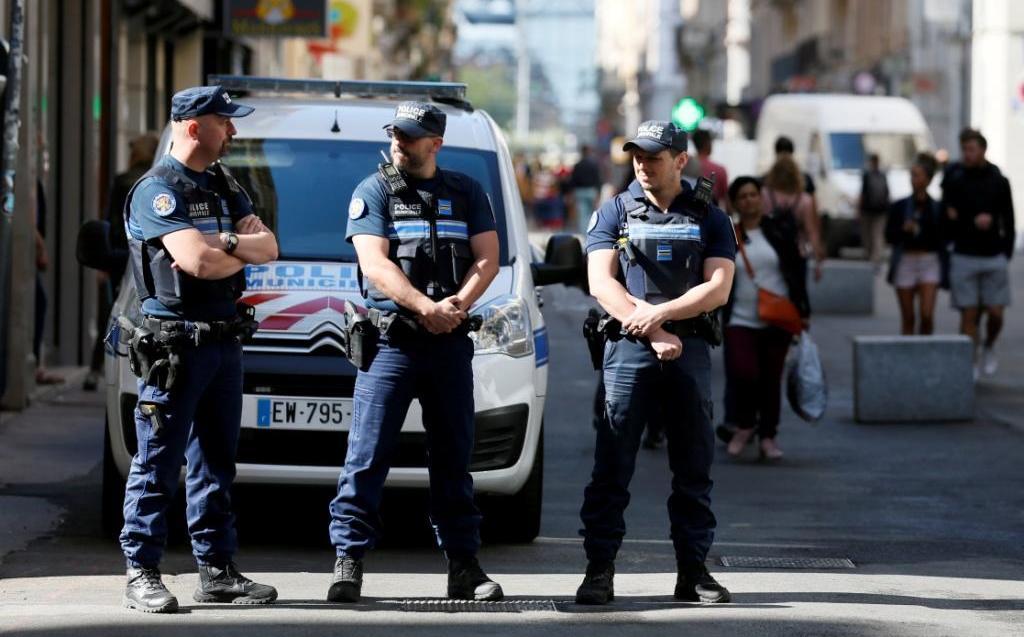 En Lyon, policía de Francia difunde fotos del sospechoso de explosión