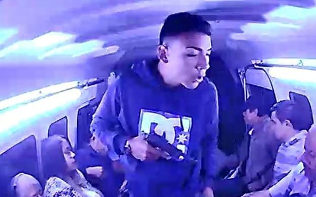 Edomex: Asaltan a pasajeros en combi de Coacalco (video)