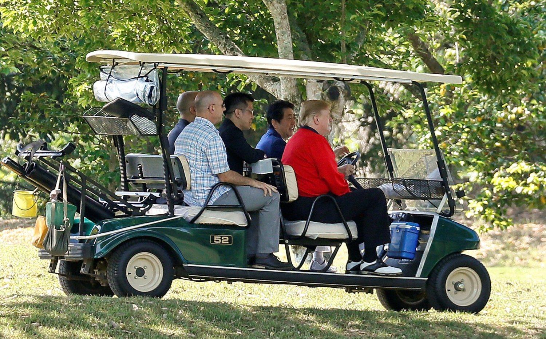 Trump juega golf en Japón con Shinzo Abe