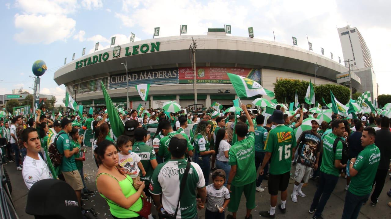 Arriban aficionados al Estadio León