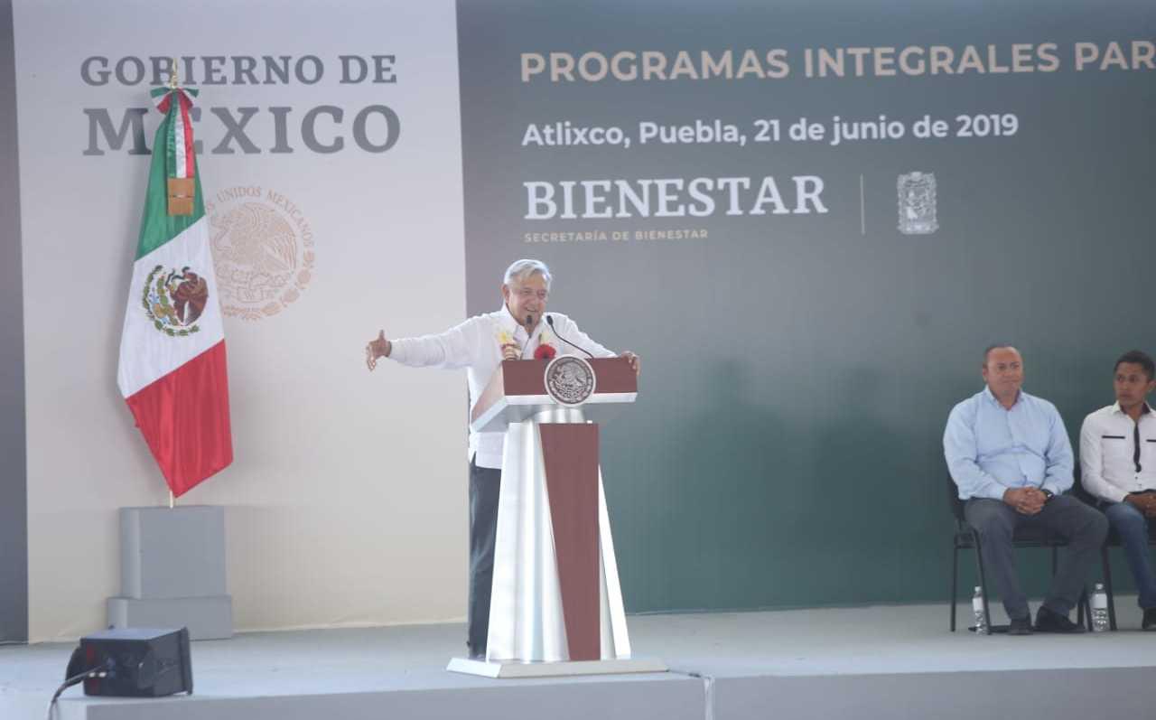 AMLO consulta en Puebla si México debe tener respuesta fuerte ante EU