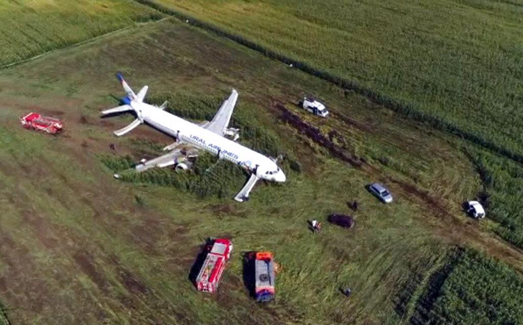 Rusia: avión ruso realiza aterrizaje de emergencia en campo de maíz