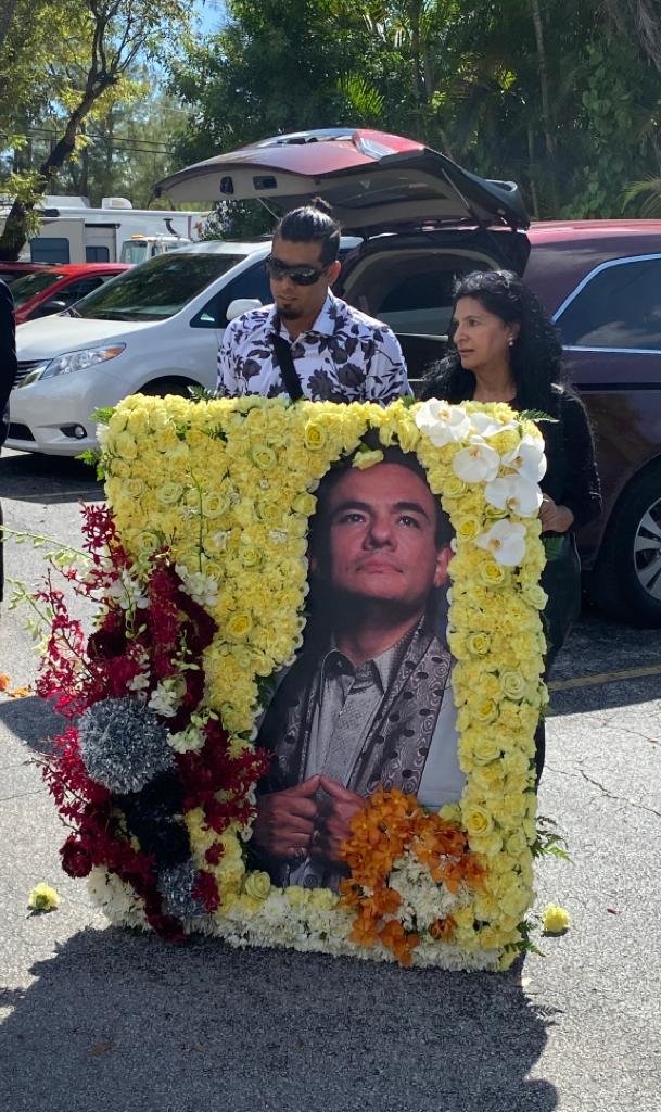 Llegan Fans A Funeraria Para Despedir A José José