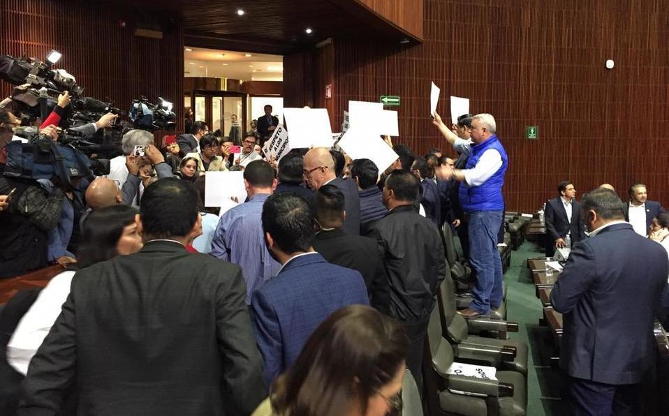 Alcaldes pagan puerta que rompieron en protesta en San Lázaro - Milenio
