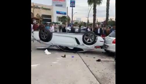 León: auto vuelca en Plaza las Palmas y choca a vehículos estacionados - Milenio