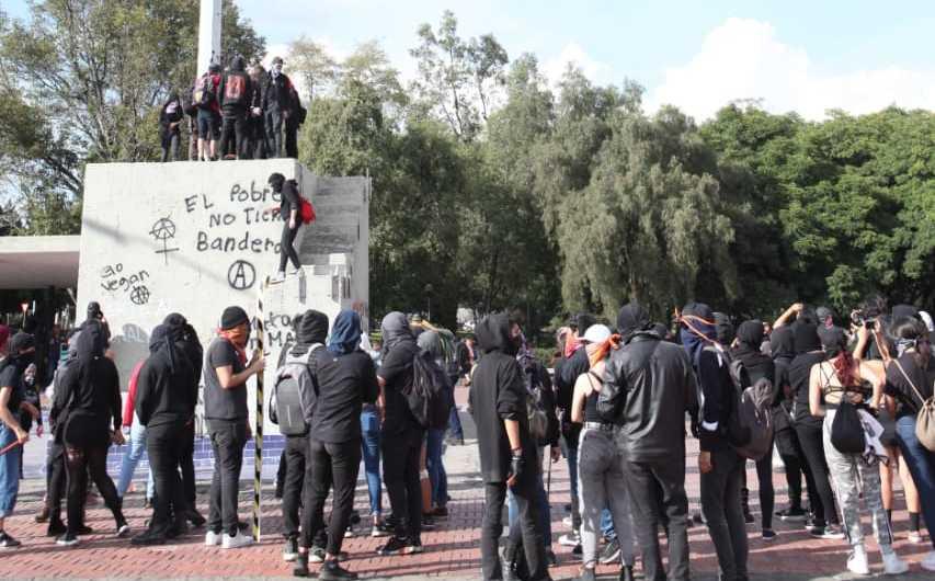 En Rectoría de UNAM, encapuchados quemaron Bandera, cuál es la sanción - Milenio