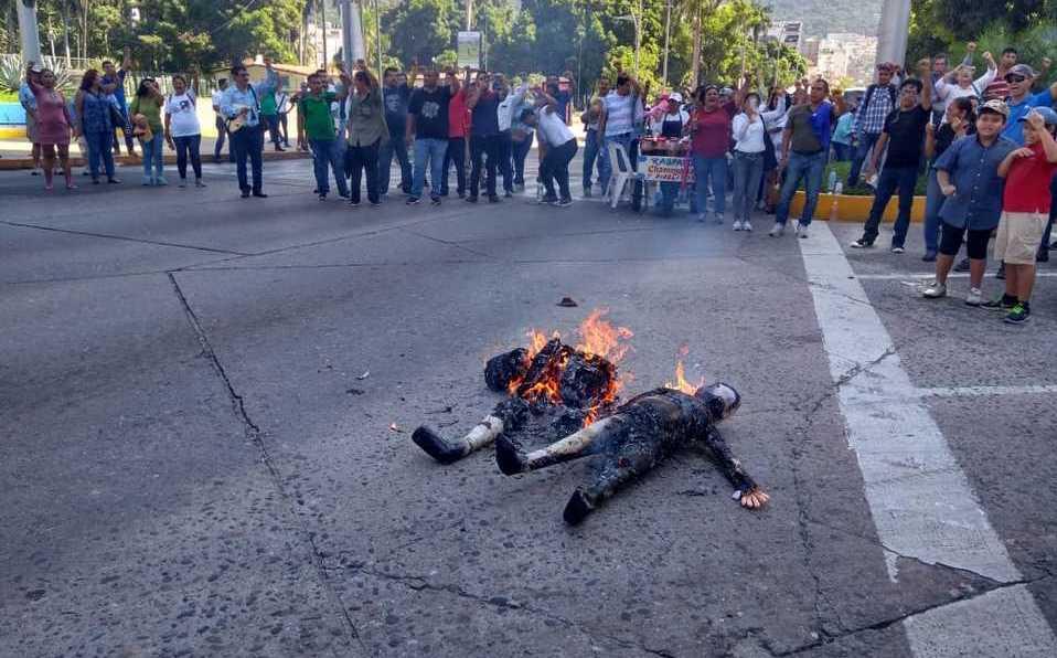 En Acapulco, maestros de la CETEG bloquean la costera Miguel Alemán - Milenio