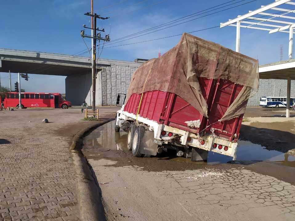 Durango: Camión cae en pozo en Gómez Palacio - Milenio