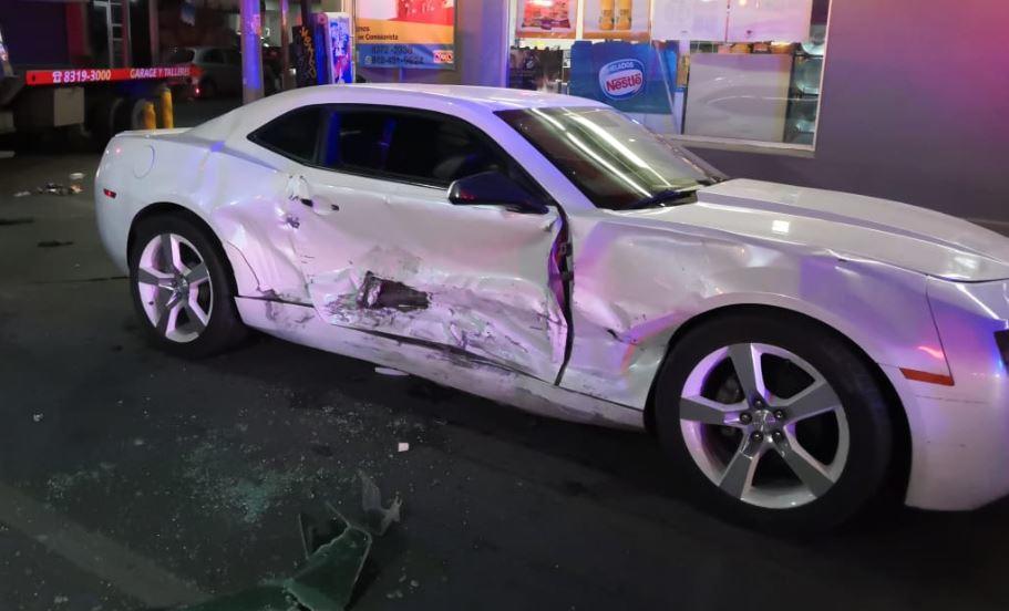 Auto Camaro se impacta contra otro vehículo en el centro de Monterrey - Milenio.com