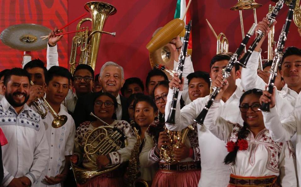 AMLO pide a músicos de Oaxaca tocar 'La Canción Mixteca'