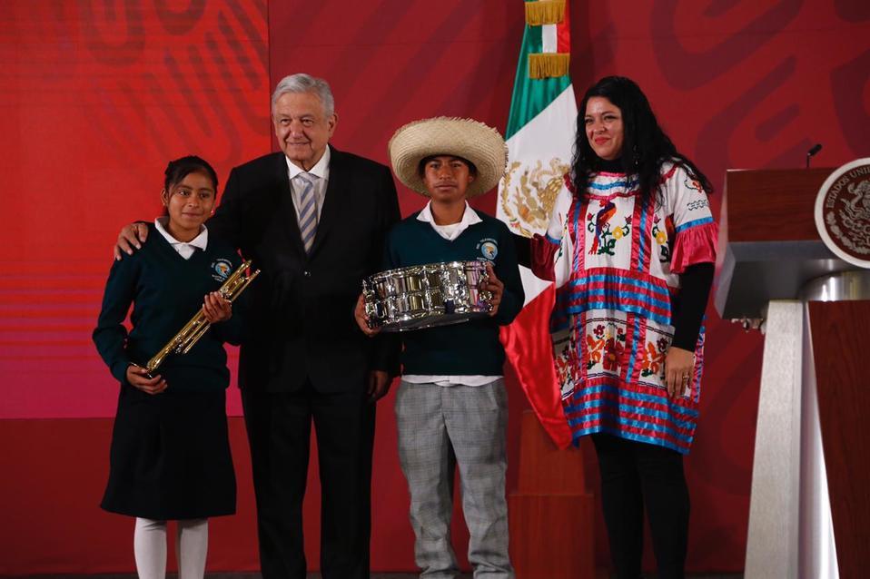 AMLO entrega instrumentos a músicos de Oaxaca