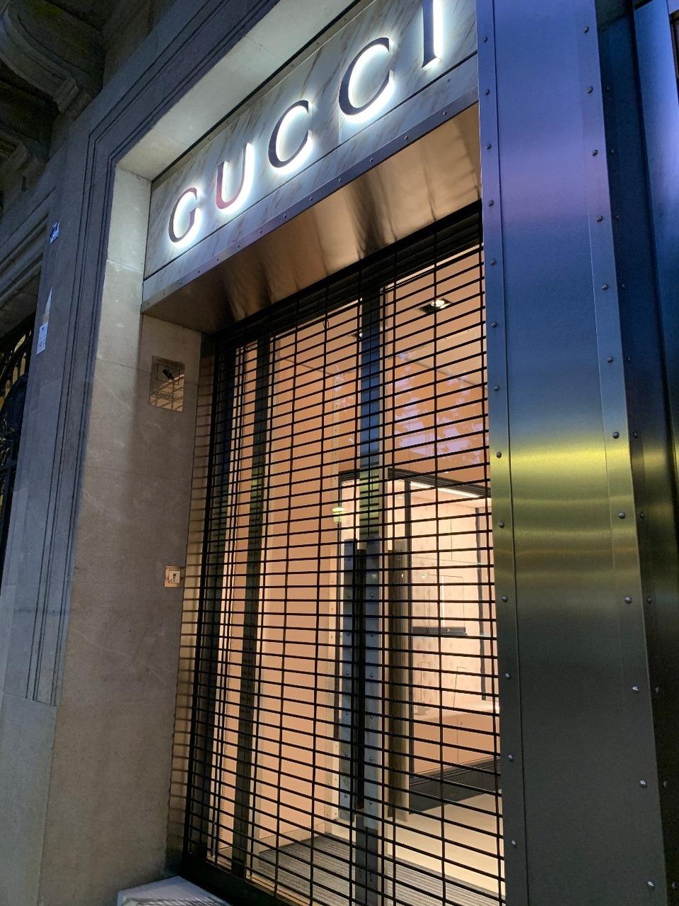 Las vitrinas de una tienda Gucci en Barcelona están desiertas. (Jennifer Seefoo)