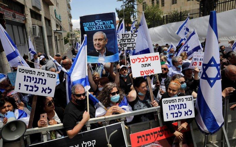 Bejamin Netanyahu se sienta en el banquillo por corrupción