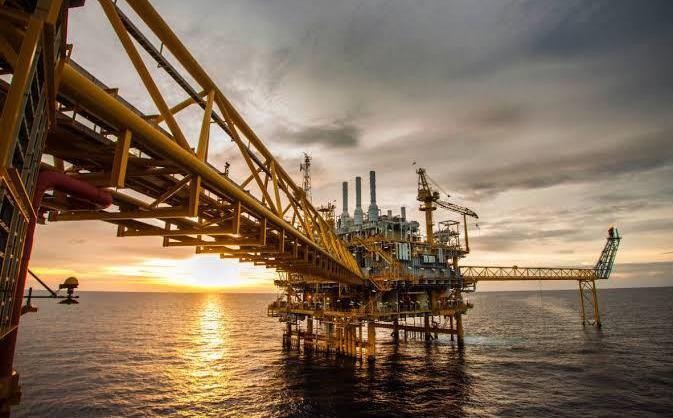 Barril de petróleo opera estable, incertidumbre sobre demanda opaca recortes suministro