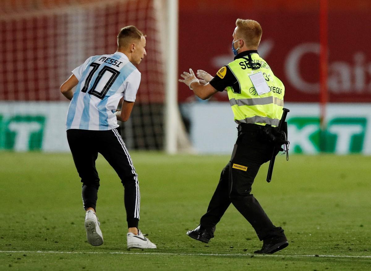 Espontáneo salta a la cancha en el Mallorca vs Barcelona