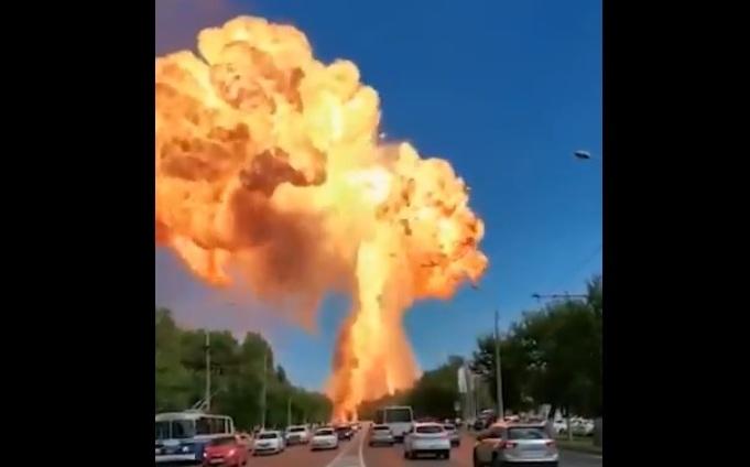 Revelan videos de una enorme explosión en gasolinera de Rusia