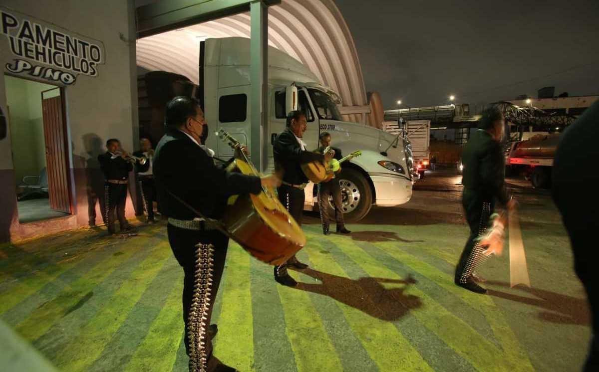 mariachis-llegaron-sorprender-trabajadores-limpia_0_27_1200_746.jpeg