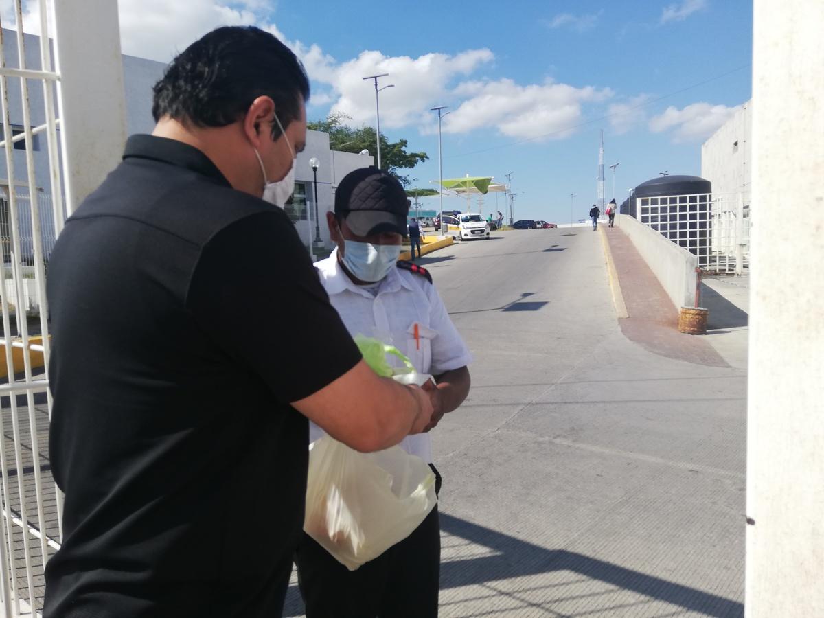 Llevan comida a familiares de enfermos de covid-19 en Tampico