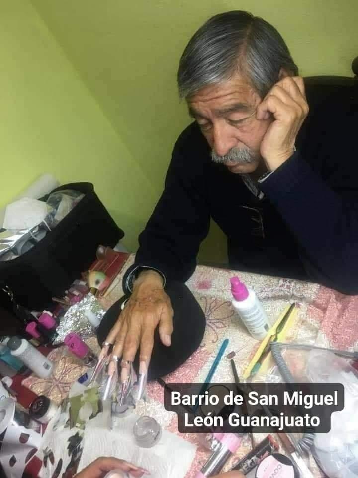 León. Padre se presta para modelo de uñas en trabajo final de su hija