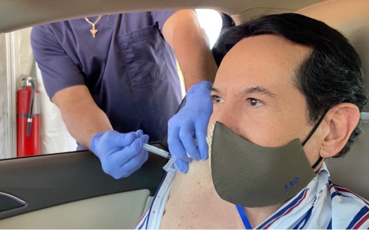 Critican a Pepillo Origel por vacunarse contra covid-19 en Miami