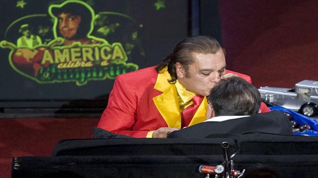 el beso de juan gabriel - Así fue el día que Juan Gabriel besó a 'Chespirito' y le hizo una canción