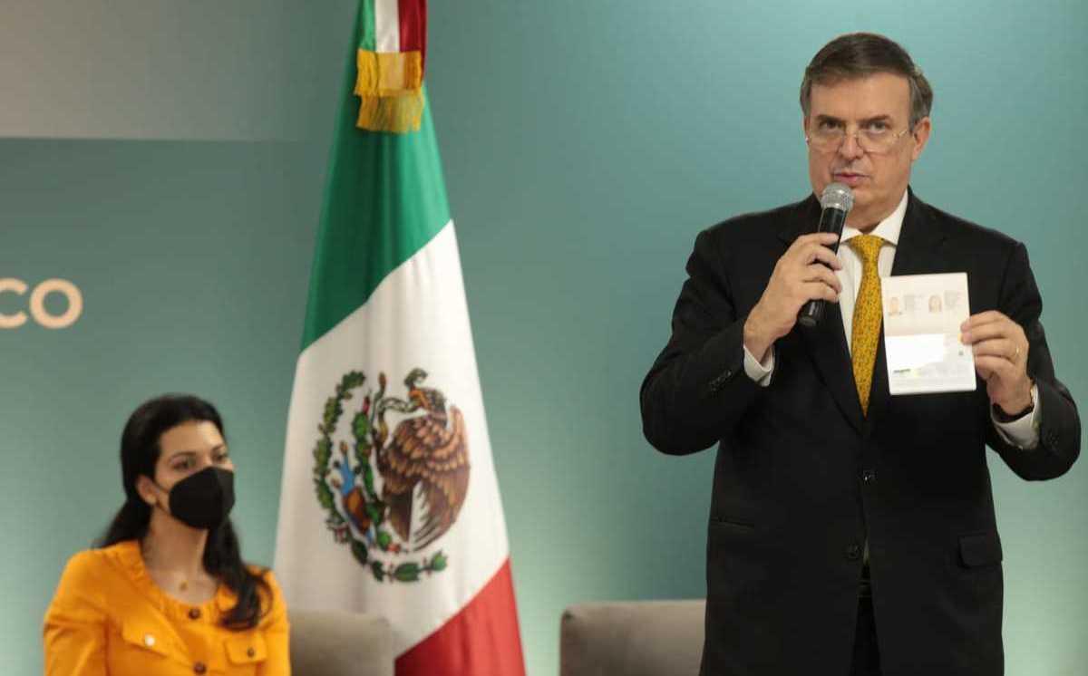 Ebrard presenta nuevo pasaporte electrónico mexicano; cuenta con chip de seguridad