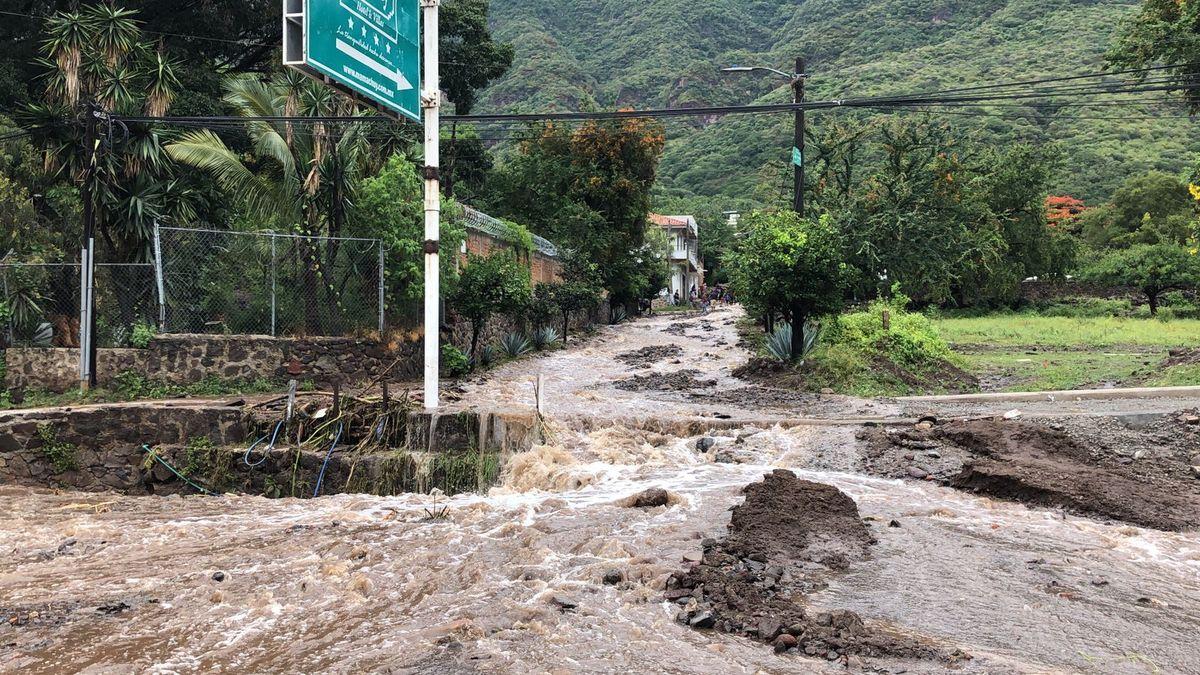 Ajijic: Lluvia provoca deslave de cerro, reportan afectaciones