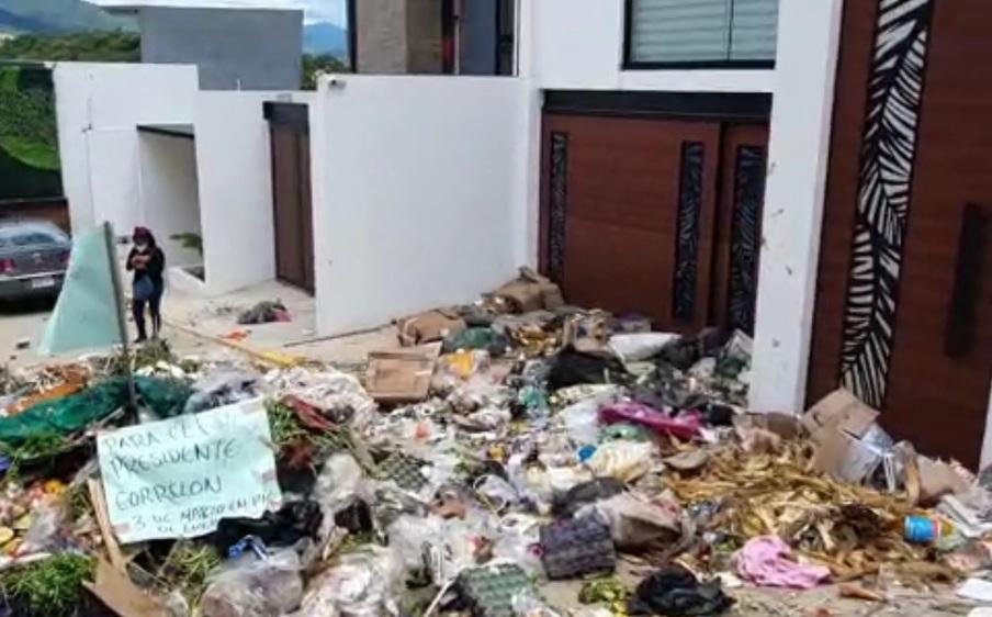 En Oaxaca, recolectores arrojan basura en casa de alcalde; exigen aumento salarial